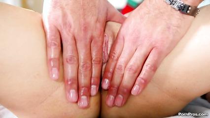 Опытный массажист возбуждает клиентку нежными прикосновениями и сношает ее