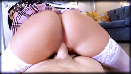 Брюнетка в белых чулках обкатывает вагиной стоячий фаллос