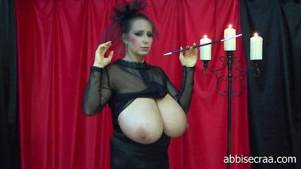 Зрелая женщина позирует и показывает свои огромные дойки