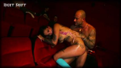 Возбужденный мужлан порет в жопу Бонни Роттен в кинотеатре