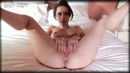Девушка без трусиков принимает пенис любовника во все щели