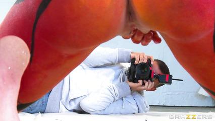 Возбужденный фотограф отымел разрисованную модель Веронику Авлув
