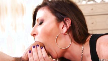 Зрелая тетка поглощает целиком пенис партнера во время горлового минета