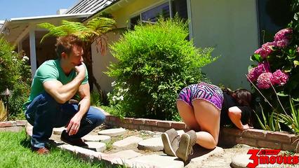 Сосед возбудился от круглой жопы девки и раскрутил ее на перепих