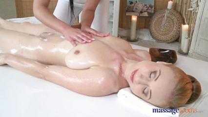 Опытная массажистка доводит клиентку до потрясающего оргазма